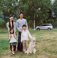 公園での日本人家族のポートレイト
