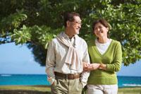 海の近くを散歩するシニア夫婦 30003000447| 写真素材・ストックフォト・画像・イラスト素材|アマナイメージズ