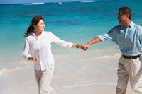 海辺で夫の手を引いてはしゃぐシニア女性 30003000471| 写真素材・ストックフォト・画像・イラスト素材|アマナイメージズ