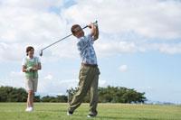 ゴルフをする日本人のシニア夫婦 30003000486| 写真素材・ストックフォト・画像・イラスト素材|アマナイメージズ