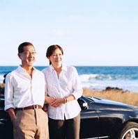 車の前の日本人シニア夫婦 30003000514| 写真素材・ストックフォト・画像・イラスト素材|アマナイメージズ