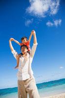海辺で肩車をする日本人の父と息子