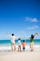 海辺でバンザイをする日本人家族の後姿 30003000548| 写真素材・ストックフォト・画像・イラスト素材|アマナイメージズ