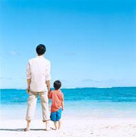 海辺で遠くを眺める日本人の父と息子の後姿 30003000594| 写真素材・ストックフォト・画像・イラスト素材|アマナイメージズ