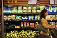 スーパーで買い物をする日本人の若い女性 30003000829| 写真素材・ストックフォト・画像・イラスト素材|アマナイメージズ