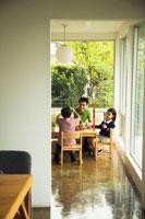 室内で積み木で遊ぶ日本人家族