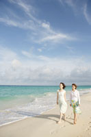 海辺を歩く母と娘