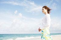 海辺に立つ50代女性 30006000202| 写真素材・ストックフォト・画像・イラスト素材|アマナイメージズ