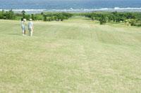 ゴルフを楽しむ家族3人
