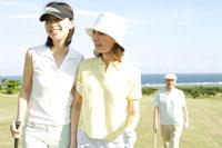 ゴルフを楽しむ家族3人 30006000271| 写真素材・ストックフォト・画像・イラスト素材|アマナイメージズ