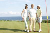 ゴルフを楽しむ家族3人 30006000275| 写真素材・ストックフォト・画像・イラスト素材|アマナイメージズ
