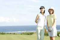 ゴルフを楽しむ母と娘 30006000278| 写真素材・ストックフォト・画像・イラスト素材|アマナイメージズ