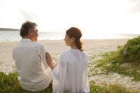 浜辺に座るシニア夫婦 30006000313| 写真素材・ストックフォト・画像・イラスト素材|アマナイメージズ