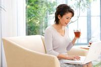 パソコンをする女性 30006000515| 写真素材・ストックフォト・画像・イラスト素材|アマナイメージズ