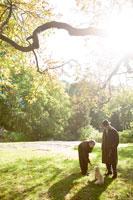 犬を連れているシニア夫婦 30006000683| 写真素材・ストックフォト・画像・イラスト素材|アマナイメージズ