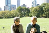 犬と公園にいるシニア夫婦 30006000689| 写真素材・ストックフォト・画像・イラスト素材|アマナイメージズ