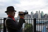 ビデオ撮影をするシニア男性