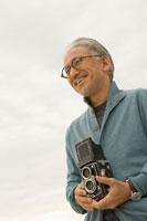 カメラを持っているシニア男性 30006000734| 写真素材・ストックフォト・画像・イラスト素材|アマナイメージズ