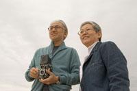 カメラを持っているシニア夫婦