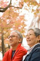 紅葉と日本人シニア夫婦