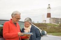 地図を見るシニア夫婦 30006000752| 写真素材・ストックフォト・画像・イラスト素材|アマナイメージズ