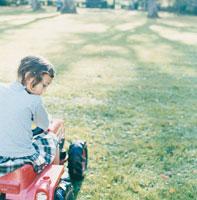 車のおもちゃに乗る女の子