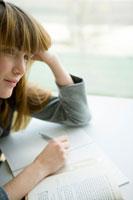 勉強をする外国の女性