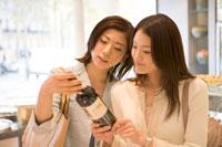 買い物中の女性2人