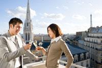 屋上で白ワインを飲むカップル