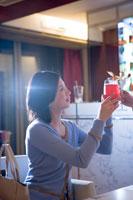 カクテルで乾杯する30代女性