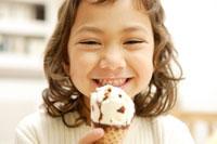 アイスを食べる女の子 30006001036| 写真素材・ストックフォト・画像・イラスト素材|アマナイメージズ