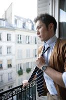 窓の外を見つめる30代男性