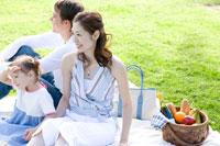 ピクニックをする3人家族