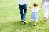 手をつないで歩く3人家族の後姿 30006001312| 写真素材・ストックフォト・画像・イラスト素材|アマナイメージズ