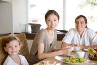 ダイニングで朝食を食べる家族