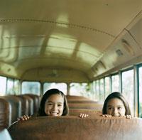 バスに乗っている双子の女の子