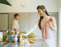 キッチンで食材を手に取る女性