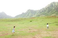 自然を走る男の子と女の子