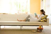 ソファで本を読む日本人女性 30006002061| 写真素材・ストックフォト・画像・イラスト素材|アマナイメージズ