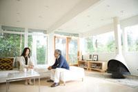ソファーで会話する日本人男性と日本人女性