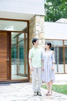 玄関で微笑む夫婦