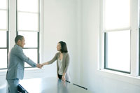 会議室で握手する男女