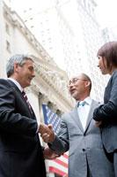外で握手するビジネスマン達 30006003019A| 写真素材・ストックフォト・画像・イラスト素材|アマナイメージズ