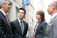 外で話をするビジネスマン達 30006003026| 写真素材・ストックフォト・画像・イラスト素材|アマナイメージズ
