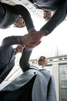 外で握手するビジネスマン達 30006003030A| 写真素材・ストックフォト・画像・イラスト素材|アマナイメージズ