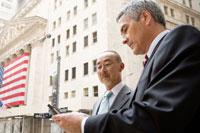 携帯を覗く日本人男性と白人男性 30006003037| 写真素材・ストックフォト・画像・イラスト素材|アマナイメージズ