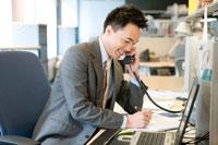 電話で話す日本人ビジネス男性
