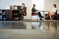 オフィスで仕事をするビジネスマン達