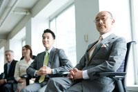 椅子に座るビジネスマン達 30006003077A| 写真素材・ストックフォト・画像・イラスト素材|アマナイメージズ