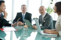 会議中のビジネスマン達 30006003091| 写真素材・ストックフォト・画像・イラスト素材|アマナイメージズ